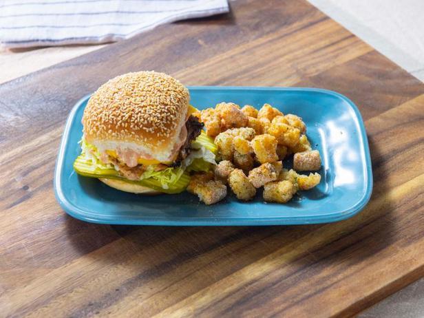 Фото Бургер как в закусочной Оклахомы с картофельными шариками