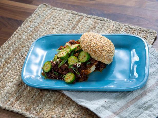 Сэндвич «Слоппи-Джо» с быстрыми маринованными огурцами в корейском стиле