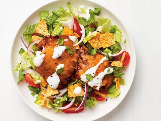 Фото Куриная отбивная с сыром и помидорным салатом с лаймом
