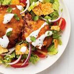 Куриная отбивная с сыром и помидорным салатом с лаймом