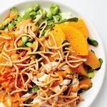 Азиатский салат с курицей в арахисовой заправке