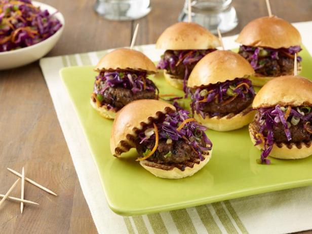 Фото Слайдер-сэндвичи с котлетами из говядины и чёрной фасоли