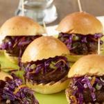 Слайдер-сэндвичи с котлетами из говядины и чёрной фасоли
