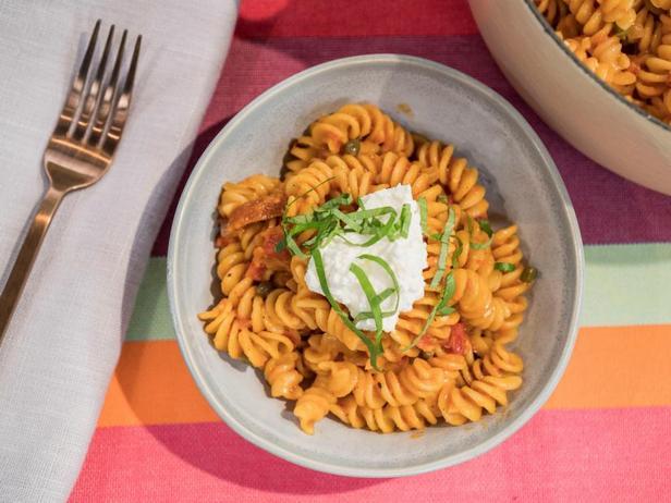 Фото Быстрая паста фузилли с помидорами в одной кастрюле