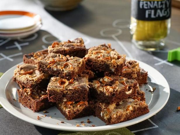 Фото Брауни с арахисовой пастой и солёными кренделями