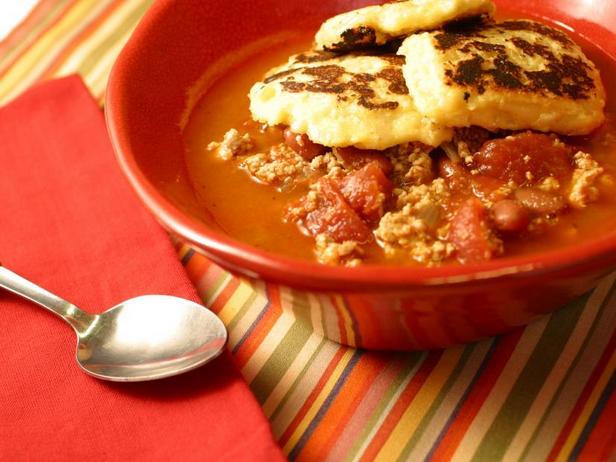 Чили с индейкой, перцем чипотле и кукурузными оладьями