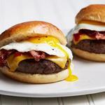Бургеры с беконом, яичницей и сыром для завтрака