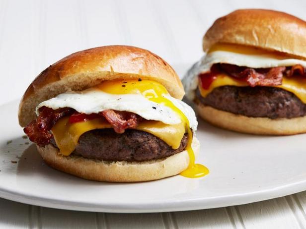Фото Бургеры с беконом, яичницей и сыром для завтрака