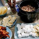 Шоколадное фондю с солёной соломкой, бананами и беконом