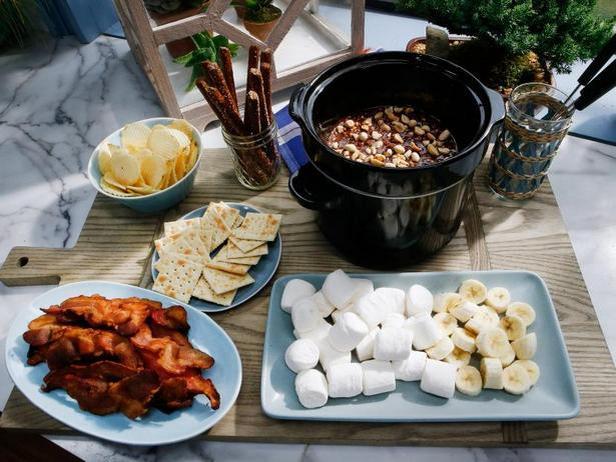 Фото Шоколадное фондю с солёной соломкой, бананами и беконом