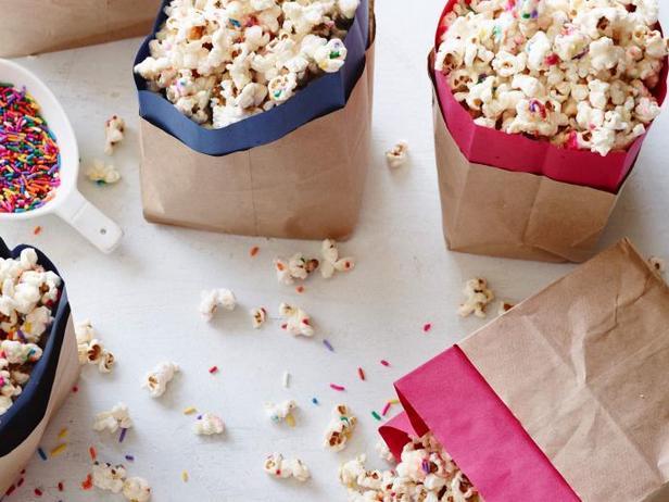 Праздничный попкорн в белом шоколаде