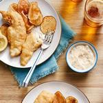 Рыба в пивном кляре и картофель фри с сыром