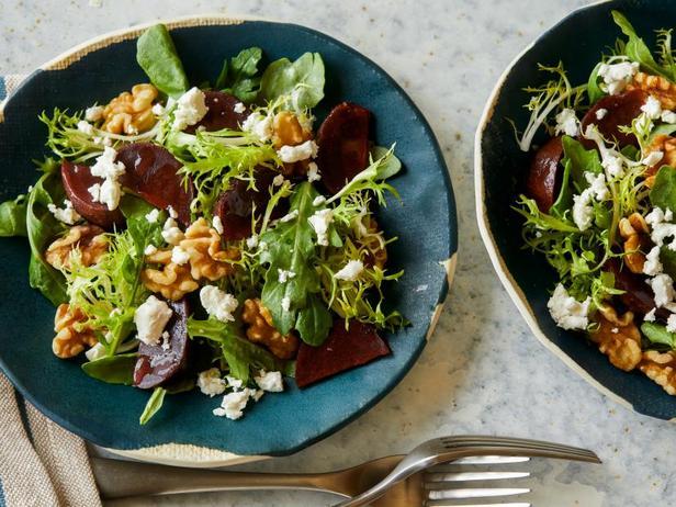 Фото Салат из свёклы с грецкими орехами и козьим сыром
