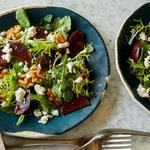 Салат из свёклы с грецкими орехами и козьим сыром