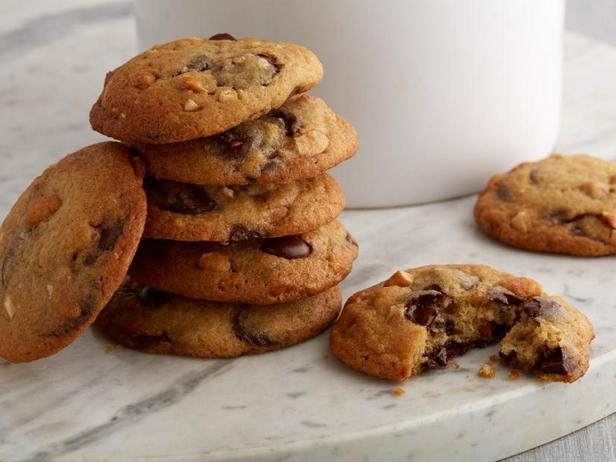 Фото Печенье с кусочками горького шоколада и арахиса